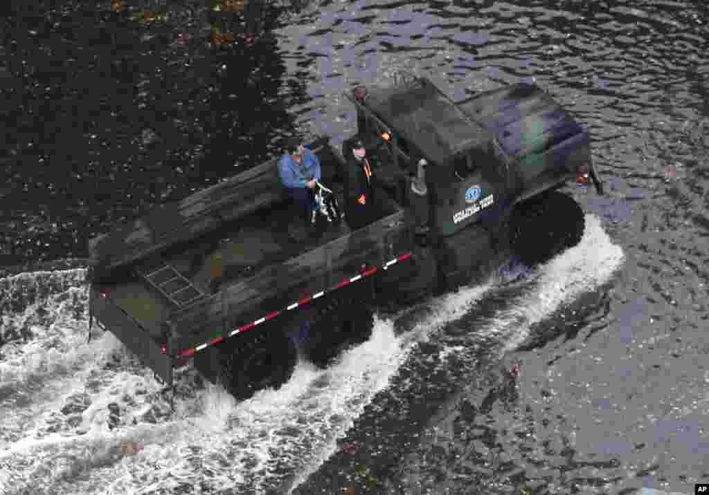 Un vehículo de emergencia atraviesa una calle inundada en Little Ferry, Nueva Jersey luego que el huracán Sandy tocara tierra el lunes.