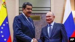 Tư liệu- TT Nga Vladimir Putin bắt tay với TT Venezuela Maduro.