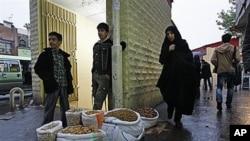 ایک ایرانی غذائی اشیاء فروخت کرتے ہوئے۔ عالمی اقتصادی پابندیوں کے بعد ایرانی حکومت نے پٹرول اور غذائی اشیا ء پر 100 ارب ڈالر کی سرکاری سبسیڈی ختم کردی ہے۔