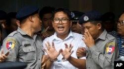 '로이터' 소속하러 와 론 기자가 3일 미얀마 양곤 법정을 떠나면서 취재진에게 견해를 밝히고 있다. 이날 로이터 기자 2명은 '공직 비밀법' 위반 혐의로 징역 7년을 선고받았다.
