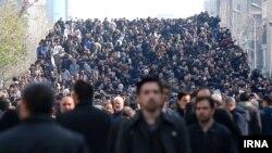 گروهی از تشییع کنندگان در پل کالج در تهران.