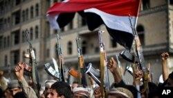 Pripadnici grupe Huti protestvuju protiv saudijskih vazdušnih napada u Jemenu, 10. april 2015.