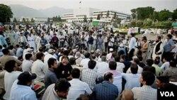 Para wartawan melakukan aksi duduk di luar gedung parlemen Pakistan di Islamabad, mengutuk pembunuhan atas wartawan Syed Salim Shahzad (foto: dok).