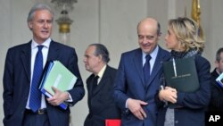 France's junior Minister for the Civil Service Georges Tron (L), Culture and Communications Minister Frederic Mitterrand (2nd L), Foreign Minister Alain Juppe (2nd R) and Research and Higher Education Minister Valerie Pecresse leave the Elysee Palace afte