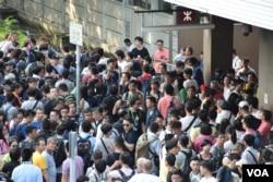 光復上水遊行結束後,仍有大批不同意見示威者在上水火車站外聚集,後來發生警民衝突,最少兩名反水貨客示威者被拘捕。(美國之音湯惠芸)