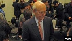 2012年11月28日,美國最高法院大法官布雷耶在華盛頓布魯金斯學會參加有關中國法治問題的討論後與聽眾和媒體交談(美國之音王南拍攝)