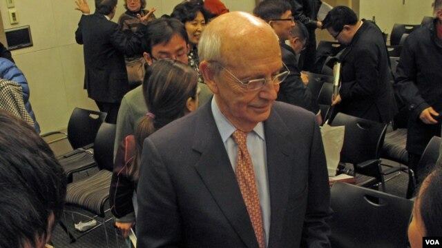 Thẩm phán Tối Cao Pháp viện Hoa Kỳ Stephen Breyer nói chuyện với các nhà báo