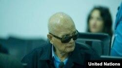 Mantan pemimpin Khmer Merah, Nuon Chea saat hadir dalam sidang pengadilan terhadap kejahatan rezim Khmer Merah (16/10).
