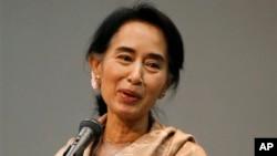 일본을 방문한 버마 아웅 산 수치 의원이 13일 도쿄에서 일본 거주 버마인들과 지지자들에게 연설하고 있다.