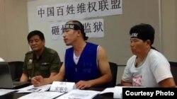 大陆访民七一游行后在香港会见记者刘卫平坐在左侧(刘卫平提供)