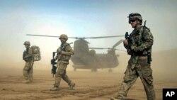 Tentara NATO berjalan di depan helikopter Chinook dalam sebuah operasi di Herat, Afghanistan (foto: dok). Kecelakaan helikopter NATO hari Senin (28/5) menewaskan 2 orang tentara.