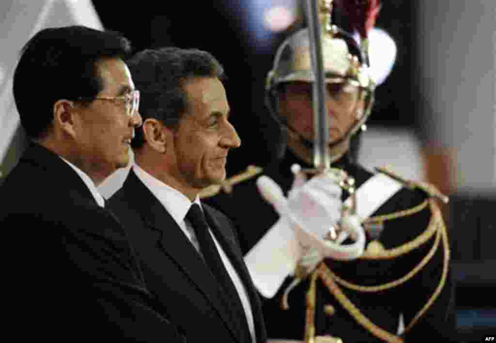 French President Nicolas Sarkozy, center, and Chinese President Hu Jintao , left, smile during the G20 summit in Cannes, Wednesday, Nov. 2, 2011. (AP Photo/Thomas Coex, Pool)