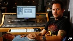 FILE - Country artist Gary Allan takes a break from his radio interviews at Love Shack studios in Nashville, Tennessee, October 23, 2007.
