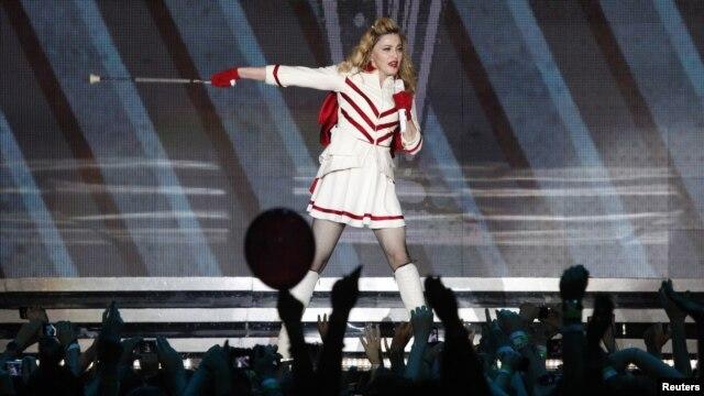 Madonna trình diễn trên sân khấu tại sân vận động Olympic ở Moscow, 7/8/2012