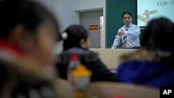 知名維族學者伊力哈木曾在中央民族大學教授經濟類課程。(伊力哈木2009年12月1日授課時資料照片)