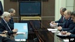 Tổng thống Nga Vladimir Putin và Ngoại trưởng Syria Walid al-Moallem (trái) trong một cuộc họp ở Sochi, Nga.
