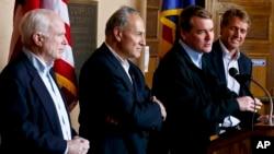 Cuatro de los senadores del Grupo de los Ocho --John McCain, Chuck Shumer, Michael Bennet y Jeff Flake-- en visita a la frontera, en Arizona.