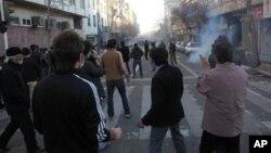 Para aktivis Iran menghadiri protes anti pemerintah di Teheran, Iran (foto: dok). Iran menangkap 16 orang aktivis hari Rabu 4/12.
