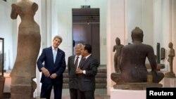 El secretario de Estado, John Kerry, se encuentra de visita en Camboya, donde visitó el Museo Nacional.