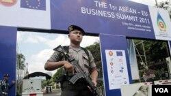 Seorang angota polisi Indonesia mengamankan KTT ASEAN ke-18 yang tengah berlangsung dua hari (7-8 Mei) di Jakarta.