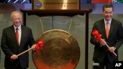 Kepala Bursa Saham Hong Kong Chow Chung-kong (kiri) dan Kepala Eksekutif Hong Kong Leung Chun-ying dalam upacara terhubungkannya bursa saham Hong Kong dan Shanghai di Hong Kong (17/11).