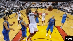 LeBron James fue incontrolable para la defensa de Dallas, concretando volcadas espectaculares, tras lo cual fue elegido el mejor jugador de la primera final.