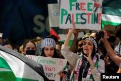 Pendukung pro-Palestina berdemonstrasi di seberang jalan dari Konsulat Israel menyusul maraknya kekerasan Israel-Palestina di New York City, New York, AS, 18 Mei 2021. (Foto: REUTERS / Carlo Allegri)