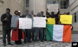 Des partisans de Ouattara manifestant devant l'ambassade des Etats-Unis à Washington
