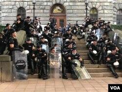 Pripadnici Žandarmerie u opremi za razbijanje demonstracija, ispred zadnjeg ulaza u zgradu Narodne skupštine Republike Srbije, pred početka treće večeri protesta u Beogradu, 9. jula 2020. (Foto: Jovana Đurović, VoA)