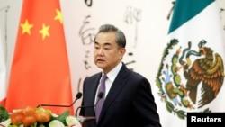 中國外長王毅與墨西哥外長埃布拉德在北京釣魚台國賓館舉行的聯合記者會上講話。(2019年7月2日)