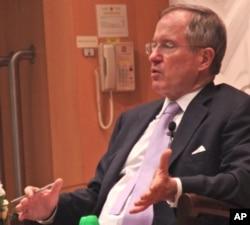 华盛顿智库彼得森国际经济研究所高级研究员尼古拉斯•拉迪在香港演讲(资料照)(美国之音)