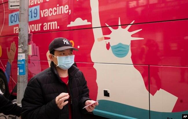 Seorang pria membawa kartu vaksinasi di setelah menerima suntikan vaksin COVID-19 buatan Johnson & Johnson di Sunset Park, New York, 7 Apri 2021.