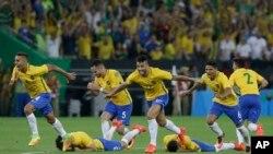 巴西队员在里约马拉卡纳体育场踢入关键的一球后欢心鼓舞。