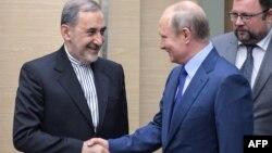 블라디미르 푸틴 러시아 대통령(오른쪽)이 12일 모스크바 관저에서 알리 아크바르 벨라야티 이란 외교담당 수석보좌관을 만나 악수하고 있다.