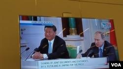 习近平去年5月9日访问俄罗斯参加莫斯科红场阅兵。俄罗斯电视新闻播放了习近平与普京在克里姆林宫参加双方一些合作文件的签字仪式。(美国之音白桦拍摄)