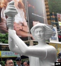 民主女神像经过香港闹市区 新造民主女神像仍遭警方扣押