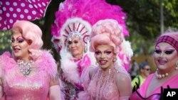 Para peserta Mardi Gras Gay dan Lesbian bersiap untuk berbaris dalam parade tahunan di Sydney, 3 Maret 2018. Lebih dari 200 ikut berpartisipasi dalam parade tahun ini.