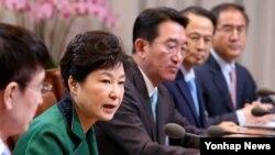 박근혜 한국 대통령(왼쪽 2번째)이 18일 청와대에서 열린 수석비서관회의에서 발언하고 있다.