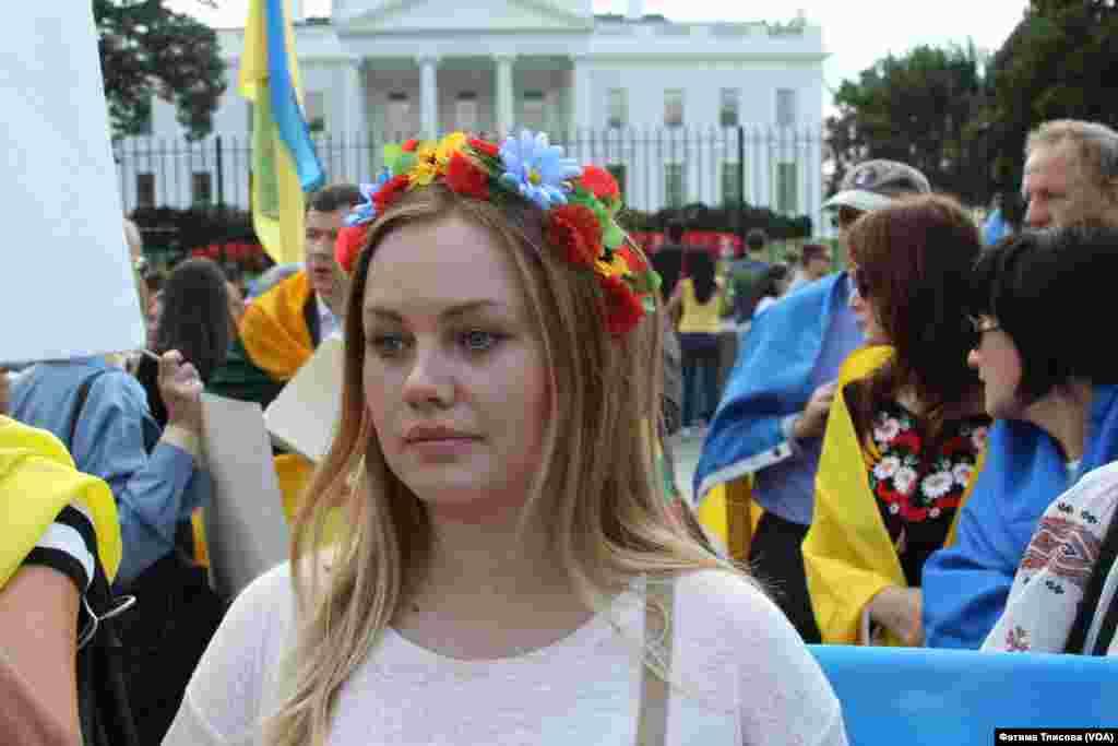 Украинки пришли на митинг в цветочных венках и традиционных вышиванках