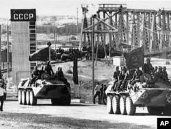 FILE - Soviet combat vehicles are seen crossing Soviet-Afghan border as Soviet troops return home from Afghanistan. (AP Photo)