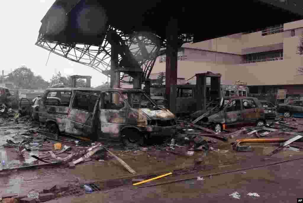A estrutura remanescente de um posto de gasolina depois que explodiu em Acra, Gana, Quinta-feira, 4 de Junho, 2015.