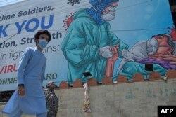 Papan bergambar petugas medis dan ucapan terima kasih atas pengabdian mereka dalam penanganan Covid-19 di Rawalpindi, 30 Juni 2020.