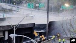 Công nhân làm việc tại một dầm cầm bị sập trên xa lộ I85 ở Atlanta