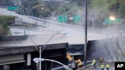 Đoạn bị sập trên xa lộ xuyên tiểu bang I85 tại thành phố Atlanta, bang Georgia.