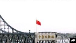 단둥과 신의주를 잇는 '중조우의교' 앞에 정차한 북한 화물트럭