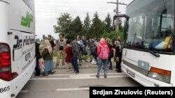 Budapeşte'den trenle Avusturya'nın Nickelsdorf kentine ulaşan mülteciler Almanya ve Avusturya'ya götürülmek üzere otobüslere bindiriliyor.