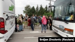 Migranti autobusima stižu u Austriju