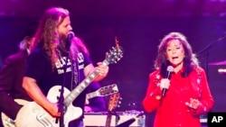 """Jamey Johnson (kiri) dan Loretta Lynn tampil dalam konser """"Sing me Back Home: The Music of Merle Haggard"""" di Bridgestone Arena, 6 April 2017 di Nashville, Tennesse (Foto: dok)."""