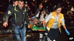 Para petugas medis mengangkut korban yang terluka dalam ledakan di Ankara, Turki hari Minggu (13/3).