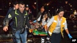2016年3月13日人们在土耳其首都的闹市中心发生爆炸后抢救伤员。